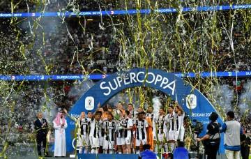 Momen saat para pemain Juventus mengangkat trofi Piala Super
