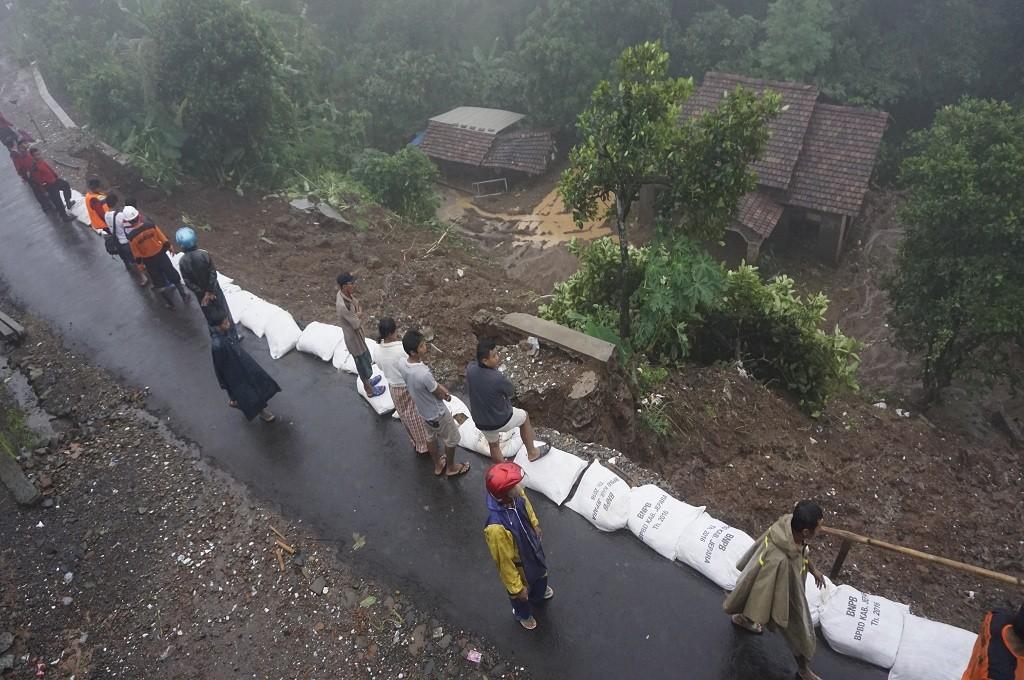 Material longsor menimbun rumah di Desa Kunir, Jepara, Rabu, 17 Januari 2019, Medcom.id - Rhobi Shani
