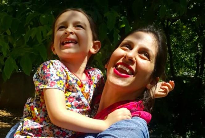 Nazanin Zaghari-Ratcliffe (kanan) bersama anaknya sebelum dirinya ditahan oleh pihak Suriah. (Foto: AFP).