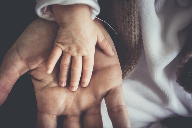 Para peneliti telah menemukan bahwa ayah yang memerangi depresi pasca ibu melahirkan lebih mungkin untuk membesarkan anak perempuan yang berjuang melawan depresinya sendiri juga. (Foto: Pixabay.com)