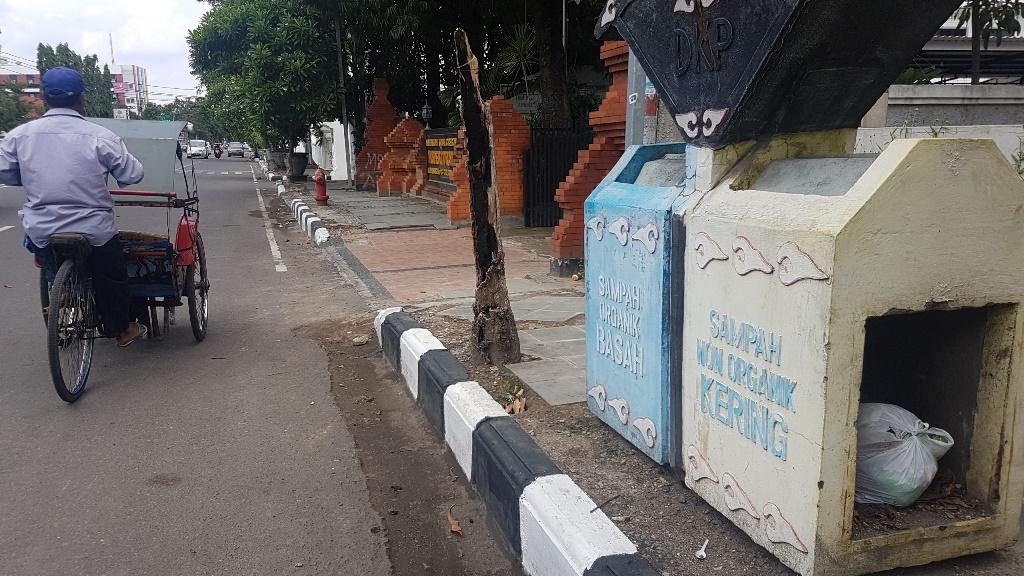 Ilustrasi tempat sampah di Jalan Siliwangi Kota Cirebon, Jawa Barat, Kamis, 17 Januari 2019. Medcom.id/ Ahmad Rofahan.