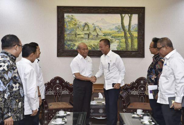 Mendikbud, Muhadjir Effendy (kiri) bersalaman dengan Mensos Agus Gumiwang Kartasasmita kanan), Kemendikbud/Jilan.