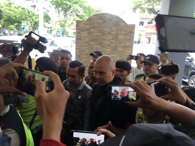 Ahmad Dhani Prasetyo saat tiba di Kejaksaan Negeri (Kejari) Surabaya. (Medcom.id/Amal).