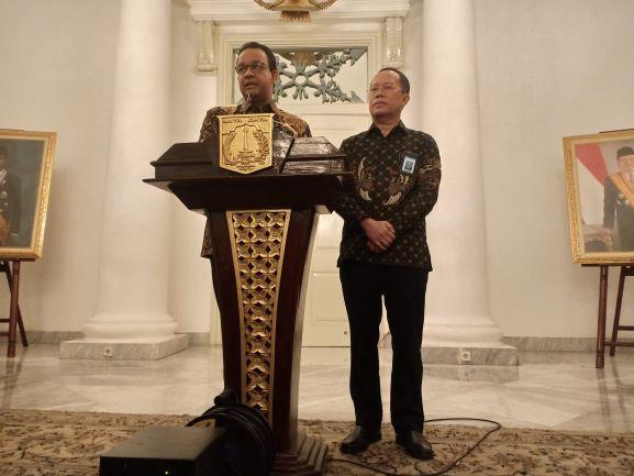 Gubernur DKI Jakarta, Anies Baswedan (kiri) saat menyampaikan sambutan didampingi Dirjen Guru dan Tenaga Kependidikan (GTK) Kemendikbud, Supriano di Balaikota, Jakarta, Medcom.id/Cindy.