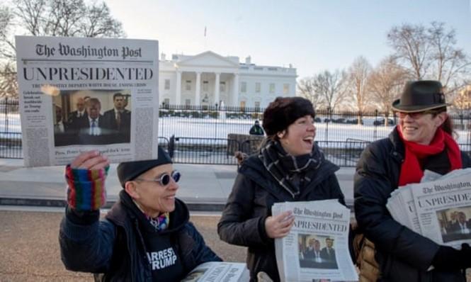 Para aktivis membagikan tiruan Washington Post. (Foto: Guardian/Getty)
