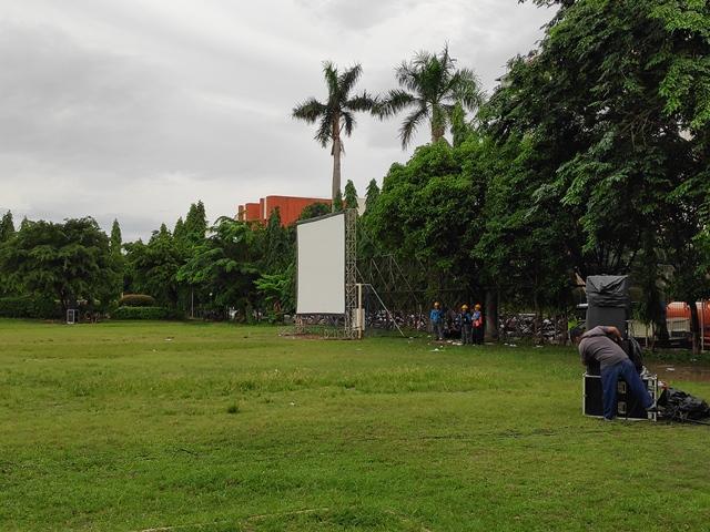 Lapangan di belakang Hotel Bidakara disulap jadi tempat nobar pendukung paslon pada debat Pilpres 2019, Kamis (17/1). Foto: Medcom.id/M Sholahadhin Azhar