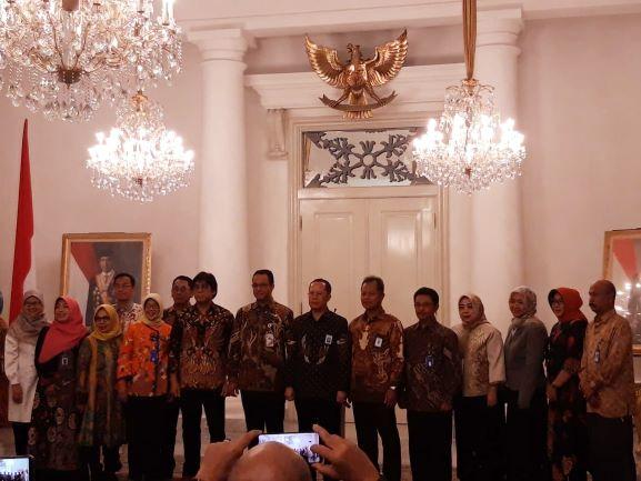Gubernur DKI Jakarta, Anies Baswedan dan Dirjen Guru dan Tenaga Kependidikan (GTK) Kemendikbud, Supriano (tengah) di Balaikota, Jakarta, Medcom.id/Intan Yunelia.