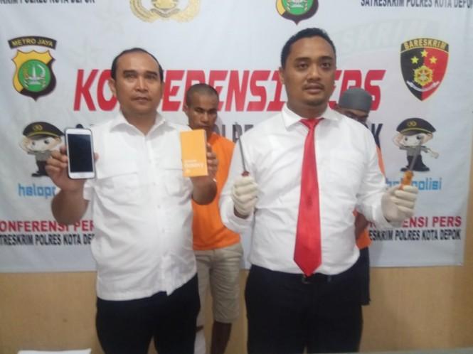 Kepala Satuan Reskrim Polresta Depok, Kompol Deddy Kurniawan memperlihatkan alat bukti pencurian, dua pelaku kejahatan bongkar rumah kosong