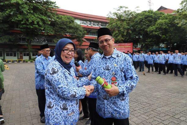 Rektor UPNVJ, Erna Hernawati (kiri) dalam pencanangan Go Green di Lingkungan Kampus UPN Jakarta, di Jakarta, Kamis. 17 Januari 2019, UPNVJ/Humas.