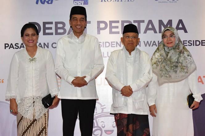 Capres-Cawapres nomor urut 01 Joko Widodo-Ma'ruf Amin didampingi istri masing-masing tiba untuk mengikuti debat pertama Pilpres 2019, di Hotel Bidakara, Jakarta, Kamis, 17 Jakarta 2019.