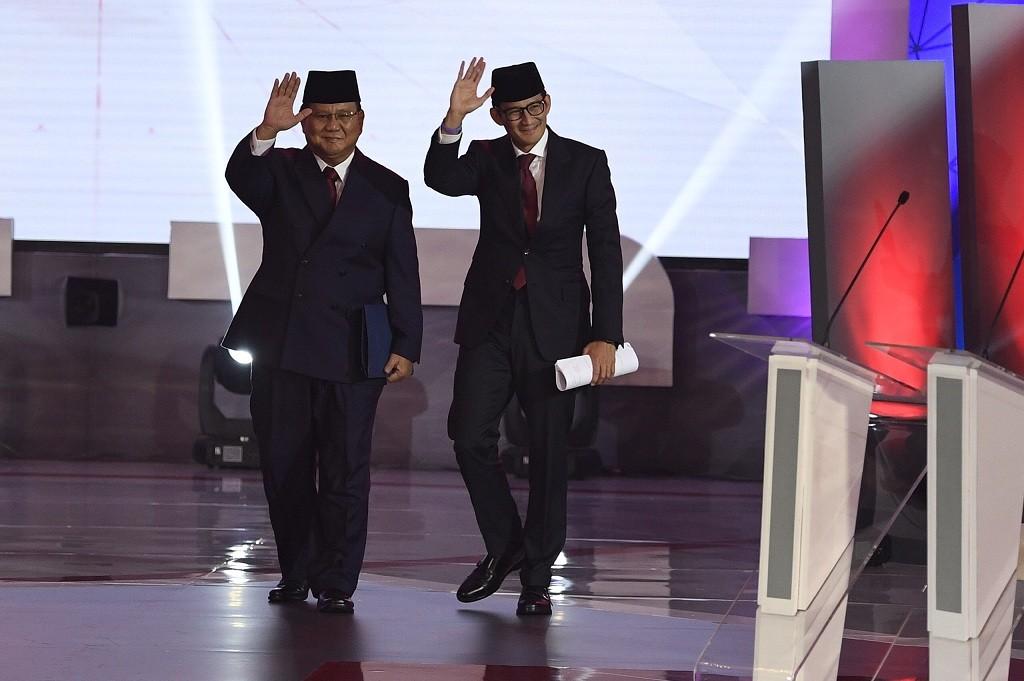 Capres-cawapres nomor urut 02 Prabowo (kiri) -Sandiaga Uno bersiap mengikuti debat pertama Pilpres 2019, di Hotel Bidakara, Jakarta, Kamis (17/1/2019).  Foto: Antara/Sigit Kurniawan