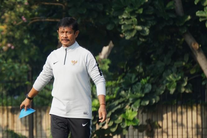 Pelatih Indra Sjafri saat mempimpin sesi latihan Timnas U-22 di Lapangan ABC Senayan. (Foto: ANTARA/Galih Pradipta)