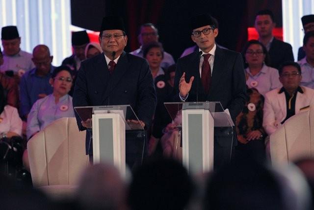 Pasangan nomor urut 02 Prabowo Subianto (kiri) dan Sandiaga Uno menjawab pertanyaan saat Debat Pertama Capres & Cawapres 2019, di Hotel Bidakara, Kamis (17/1). Foto: MI/Ramdani