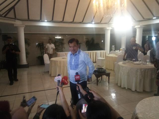 Wapres Jusuf Kalla usai menyaksikan debat perdana di kediamannya, Kamis (17/1). Foto: Medcom.id/Achmad Zulfikar Fazli
