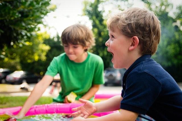 Menanamkan rasa percaya diri yang sehat kepada anak-anak Anda sangat penting. Ini membutuhkan komunikasi juga kejujuran yang baik. (Foto: Ashton Bingham/Unsplash.com)