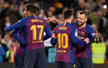 Para pemain Barcelona merayakan gol Lionel Messi (kanan kedua)