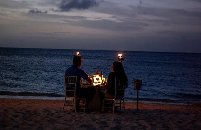 Buktikan rasa peduli Anda dengan melakukan aksi-aksi romantis yang dapat menyentuh perasaannya. (Foto: Zack Marshall/Unsplash.com)