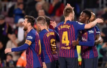 Para pemain Barcelona merayakan gol Ousmane Dembele (kanan) ke