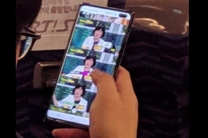 Bocoran foto Samsung Galaxy S10+ menampilkan lubang untuk dua kamera depan di sudut kanan atas.