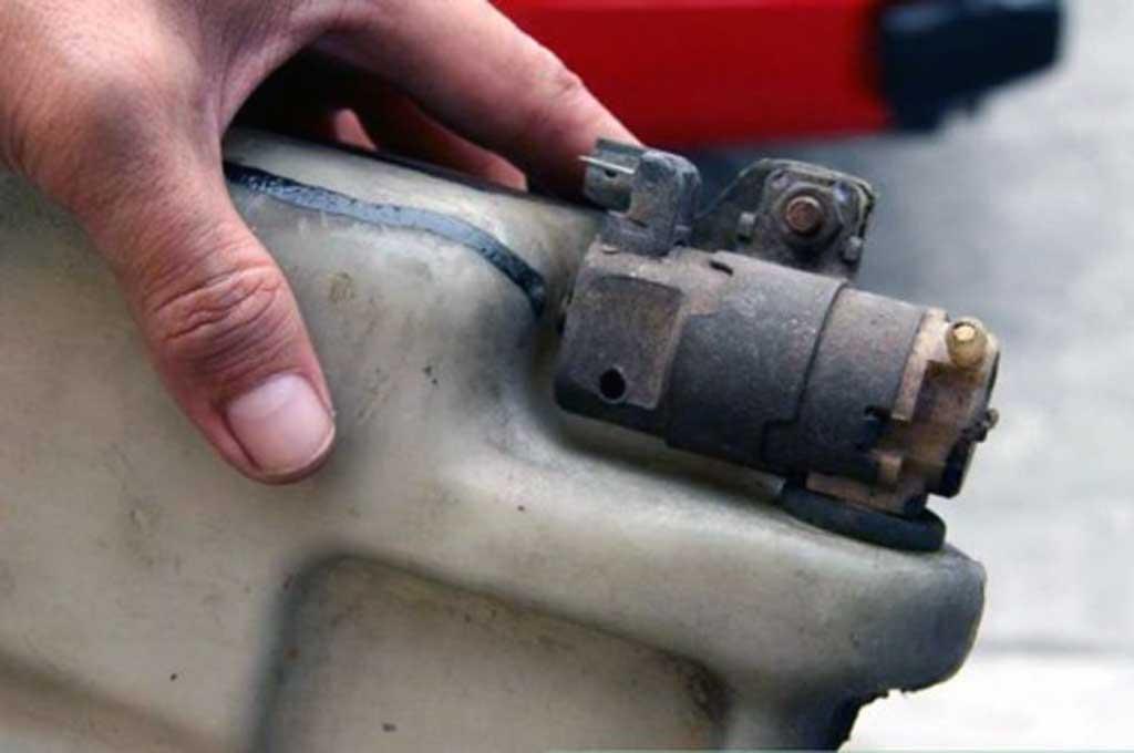 Dinamo pompa washer yang rusak akan menganggu kenyamanan berkendara saat hujan. Wikihow