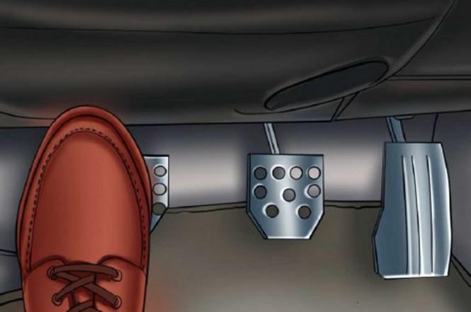 Jangan meletakkan kaki di atas pedal kopling,. YourMechanic