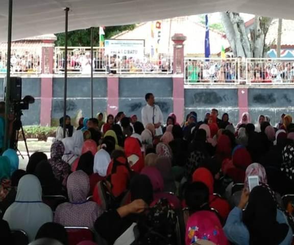 Presiden Joko Widodo  di halaman Masjid Agung Cibatu, Jawa Barat, Jumat, 18 Januari 2019--Medcom.id/Desi Angriani.