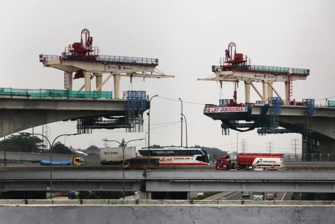 Proyek penyambungan jalur layang LRT di atas tol Jagorawi kawasan Taman Mini, Jakarta Timur. Foto: MI/Ramdani.