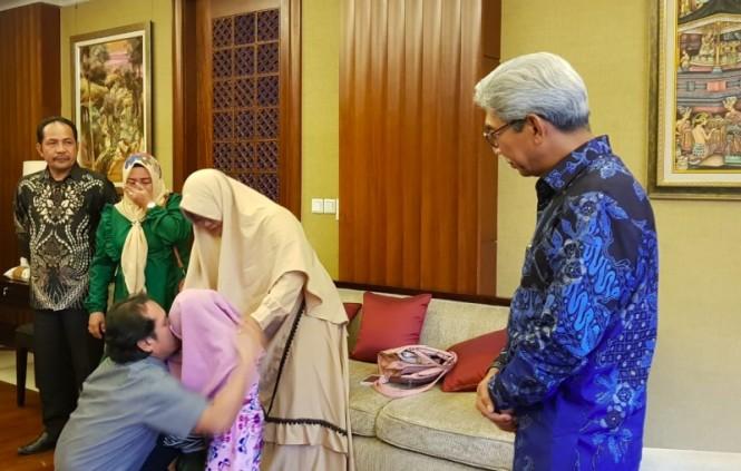 Samsul Saguni saat bertemu kembali dengan keluarganya usai dibebaskan dari sandera Abu Sayyaf, Jumat, 18 Januari 2019. (Foto: Dok. Kemenlu RI).