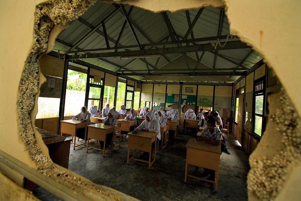 Siswa belajar di dalam kelas yang rusak, ANT/Rahmad.