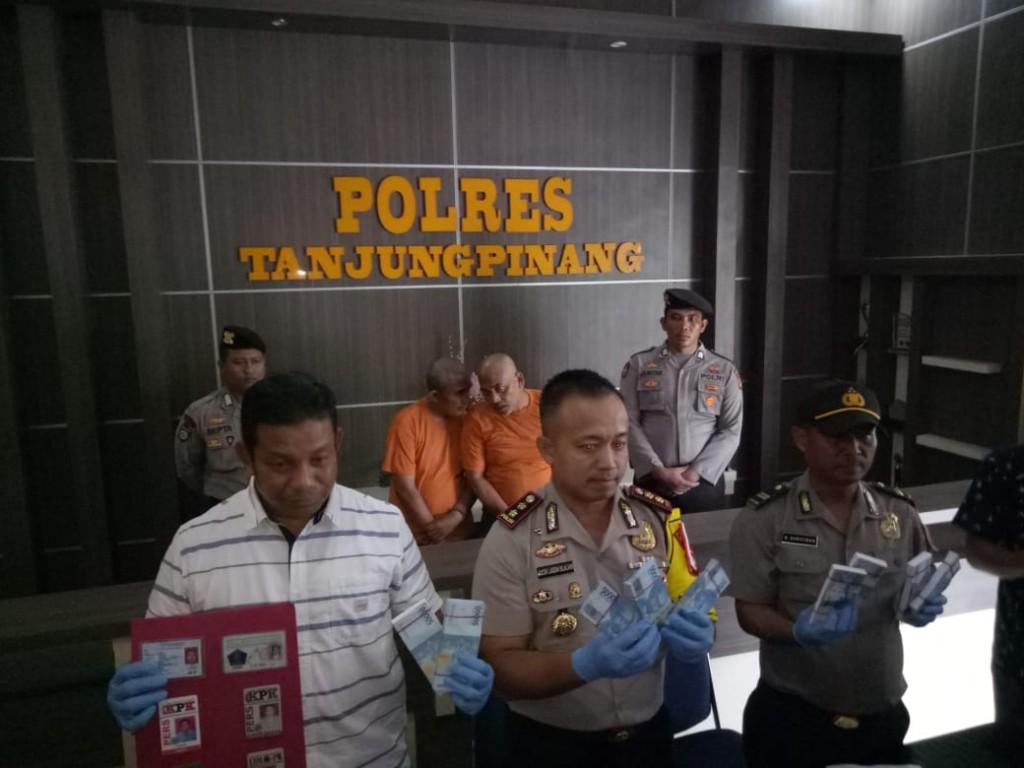 n Tim Siber Pungli Polres Tanjungpinang saat merilis barang bukti dan tersangka. Medcom.id/ Anwar
