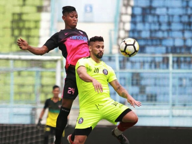 Robert Lima (kuning) pada laga uji coba Arema FC kontra Tanobe FC. (Foto: instagram @aremafcofficial)