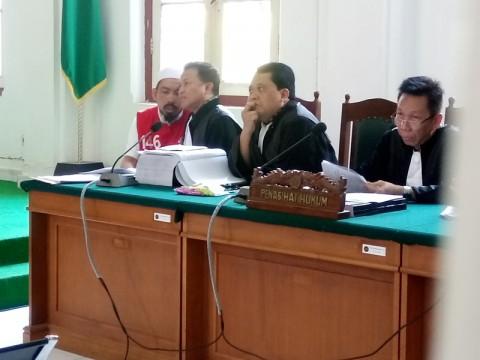 Bos ABU Tours Hamzah Mamba (kiri) berdiskusi dengan penasihat hukum dalam persidangan. Medcom.id