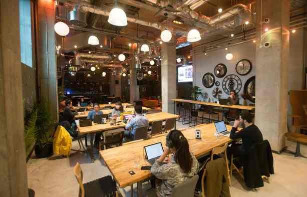 Suasana sebuah co-working space di London. Para pelanggannya mayoritas adalah pelaku usaha rintisan. AFP Photo/Daniel Leal-Olivas