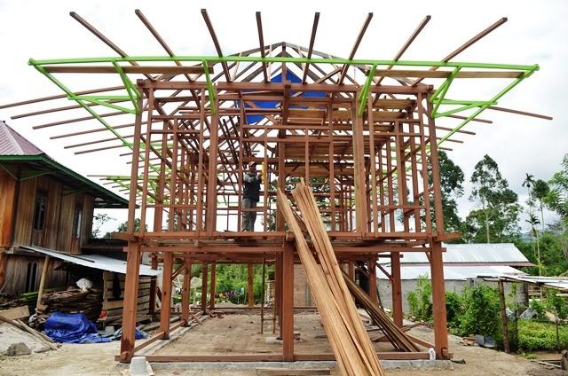 Pekerja menyelesaikan proses pembuatan rumah panggung di pesisir Lampung Barat, Lampung. Proses pembuatannya butuh waktu sampai enam bulan dan memakan biaya Rp300 juta. Antara Foto/Ardiansyah