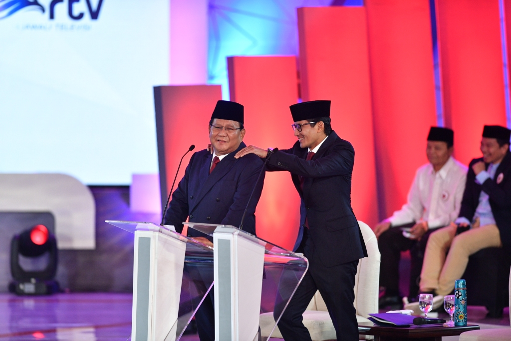 Capres nomor urut 02 Prabowo Subianto (kiri) dipijat pasangan cawapresnya Sandiaga Uno saat jeda debat Pilpres 2019, di Hotel Bidakara, Jakarta. Foto: Antara/Sigid Kurniawan.