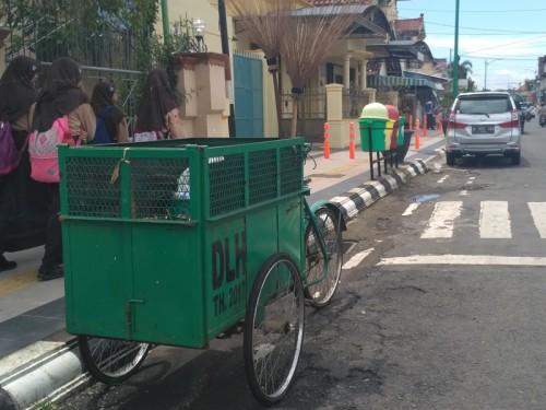 Gerobak sampah di Jalan Kartini Jepara, Jawa Tengah.