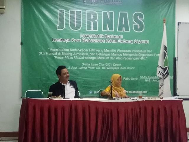 Pemred Medcom.id Abdul Kohar (kiri) menjadi pemateri pelatihan jurnalistik Lapmi Ciputat di Graha Insan Cita (GIC) Cimanggis, Depok, Jawa Barat. Medcom.id/Octavianus Dwi
