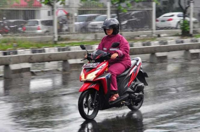Melakukan pengereman di zona basah, jangan pakai rem depan karena risakn terjadi selip. Medcom.id