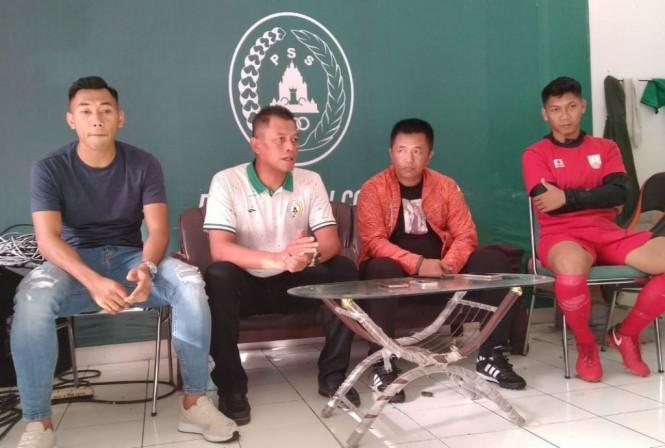 Jajaran pelatih dan pemain jelang laga celebration game PSS melawan Persis Solo. (Foto: medcom.id/ Ahmad Mustaqim)