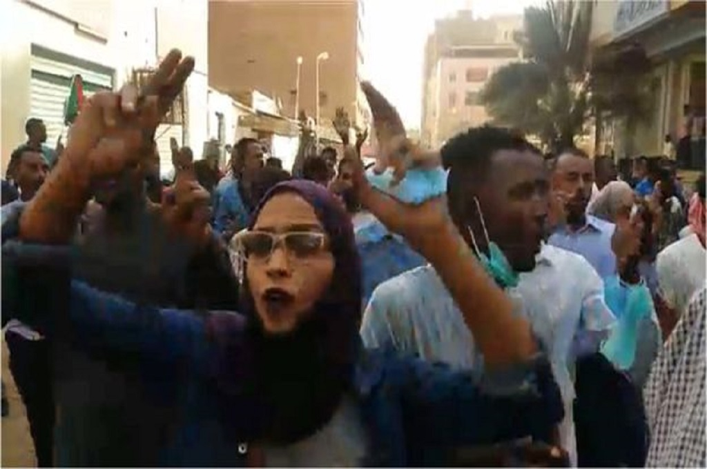 Masyarakat Sudan berunjuk rasa menentang Presiden Bashir yang telah berkuasa selama 30 tahun. (Foto: AFP/Getty)