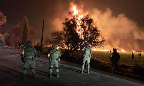 Petugas pemadam kebakaran berusaha memadamkan api. (Foto: AFP)