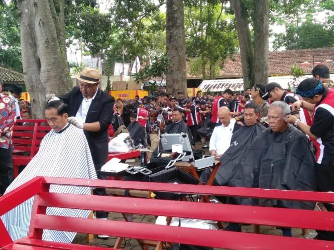 Presiden Joko Widodo cukur rambut massal dengan menteri dan staf - Medcom.id/Desi Angriani.