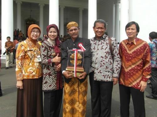Mashadi (tengah) usai menerima kalpataru di Istana Negara,