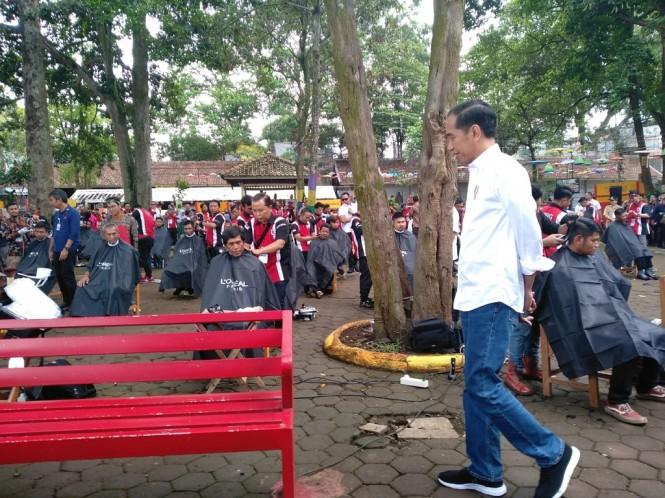 Presiden Joko Widodo di acara simbolik cukur rambut massal dalam rangka pembangunan rumah untuk tukang cukur di Garut - Medcom.id/Desi Angriani