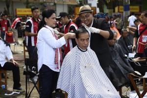 Jokowi Ikuti Cukur Rambut Massal di Garut
