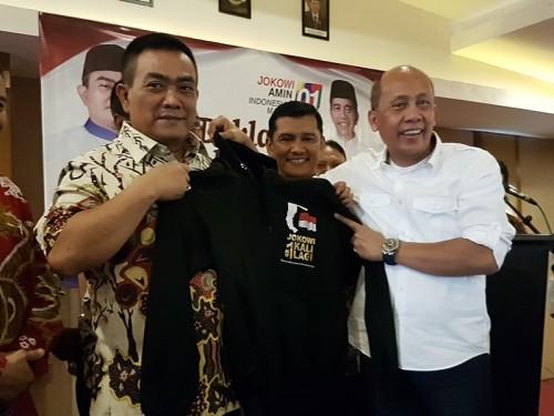 Saan Mustopa saat memberikan baju berlogo Jokowi -Ma'ruf Amin