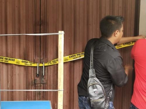 Petuga Polsek Jatiuwung menyegel dan memeriksa rumah balita