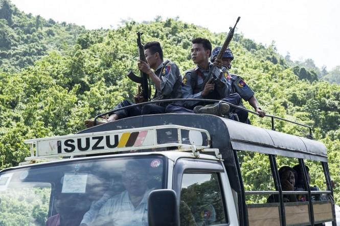 Polisi Myanmar berpatroli di Rakhine, 28 Agustus 2017. (Foto: AFP)