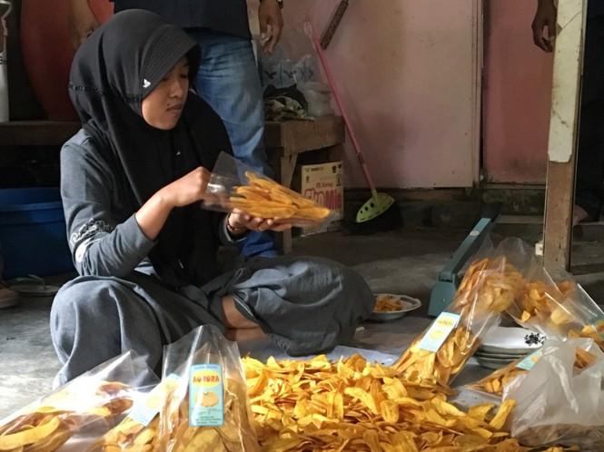 Anggota Kube Keluarga Harapan Asembagus saat proses produksi kripik pisang. Medcom.id/Amaluddin