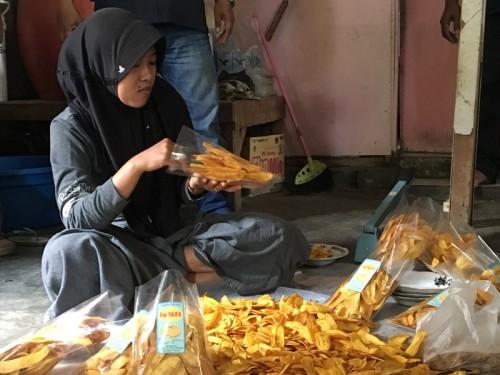 Anggota Kube Keluarga Harapan Asembagus saat proses produksi
